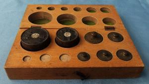Gewichtsatz in Holzbox - 7 Feingewichte von 20 Gramm bis 200 Gramm