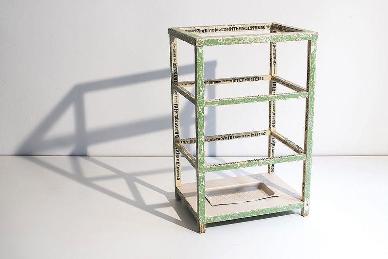 Titel: Interno – Umbrella Stand. Technique: Transfer-letters on wood. Size: cm 26 x 35 x 54. Berlin 1900 0
