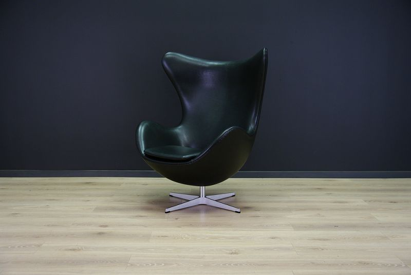 The Egg Chair was designed in the 1950s by Arne Jacobsen for the lobby and reception areas in the Royal Hotel in Copenhagen. It was produced by Fritz Hansen in 1980s and sits on a swivel base. The piece is professionally upholstered in deluxe Elegance ... 0