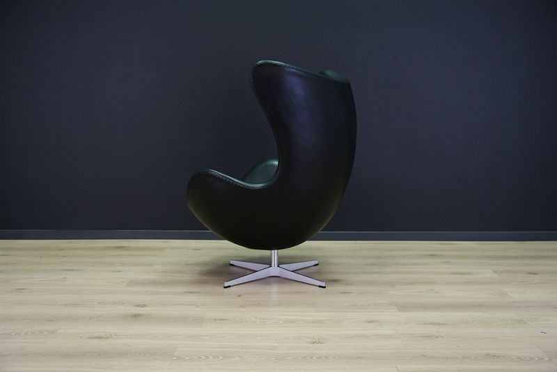 The Egg Chair was designed in the 1950s by Arne Jacobsen for the lobby and reception areas in the Royal Hotel in Copenhagen. It was produced by Fritz Hansen in 1980s and sits on a swivel base. The piece is professionally upholstered in deluxe Elegance ... 1