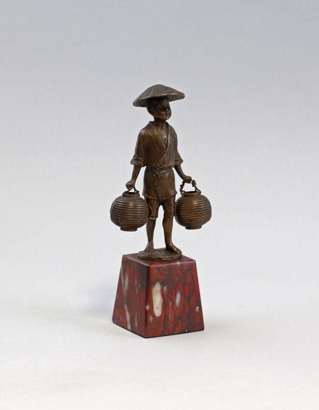 7938008 Kleine Bronze-Skulptur Knabe mit Hut Asiatischer Reisbauer