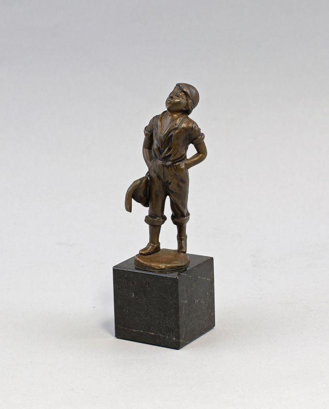 7938007 Kleine Bronze-Skulptur Pfeifender Knabe Lausbub Bengel