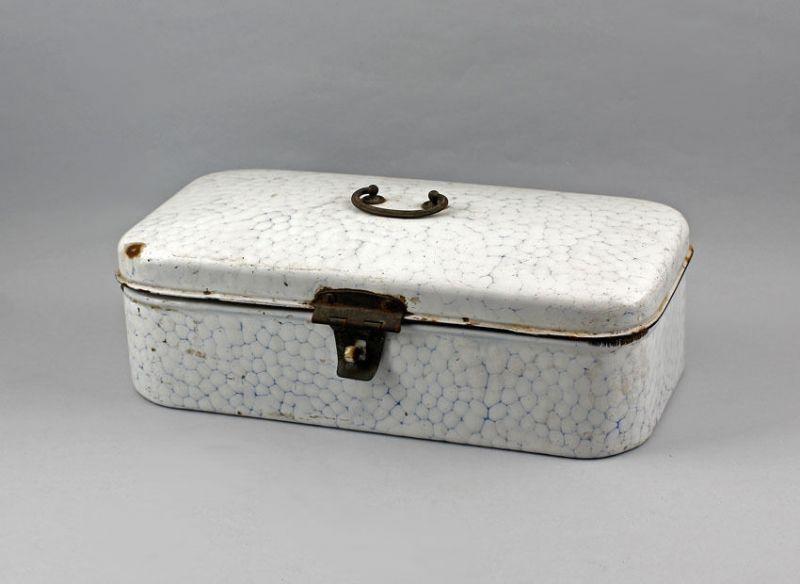 Emaille-Brotdose um 1900 weiß emailliert blaues Netzmuster 99880049