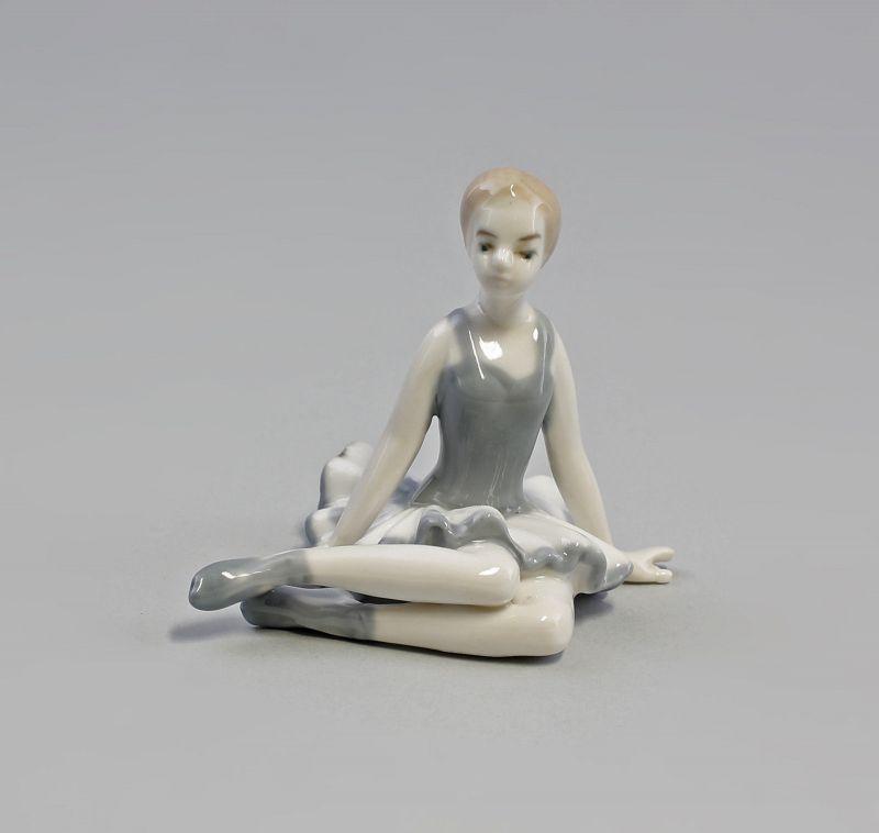 Porzellan Sitzende Ballerina Tänzerin  grau 9973131  II.Wahl