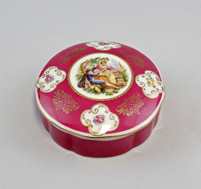 Porzellan Deckeldose mit Watteauszene auf rotem Fond mit Golddekor 99840282