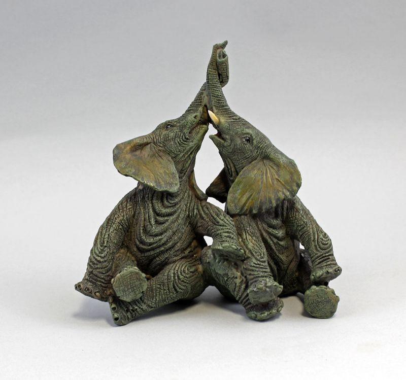 Zwei Elefanten mit verschlungenem Rüssel Kunststoff  9976098