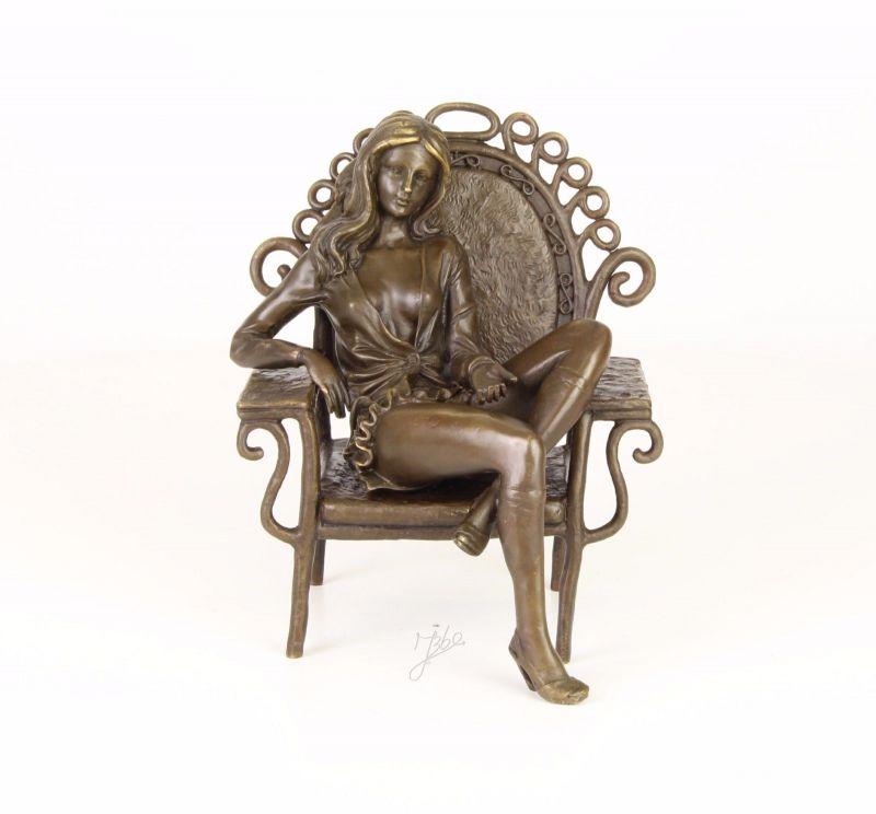9973402-dssp Bronze Skulptur Schönheit lässig auf Sessel sitzend erotisch neu
