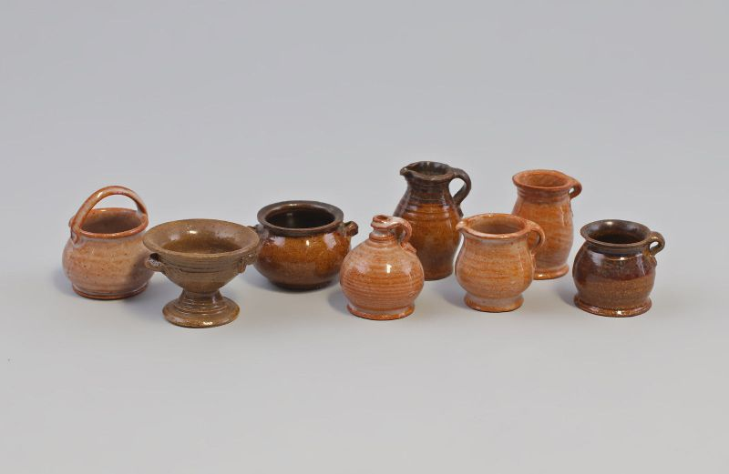 8210013 8 Keramikgefäße Puppenstube Handarbeit