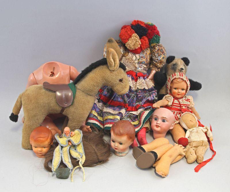 8210006 Konvolut Puppen und Stofftiere