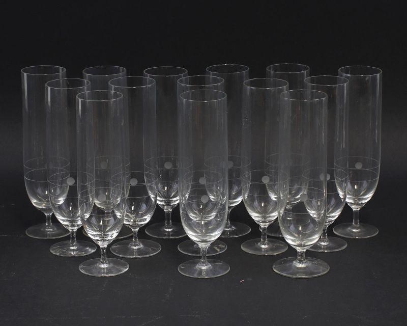 8235046 Satz 14 geschliffene Sektgläser Kristall Glas um 1950