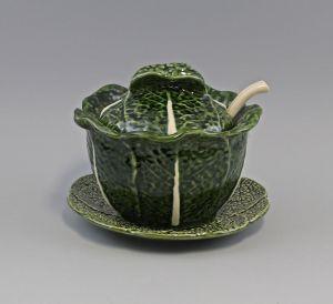 9918630 Keramik Majolika Portugal Terrine Wirsingtopf auf Teller mit Löffel