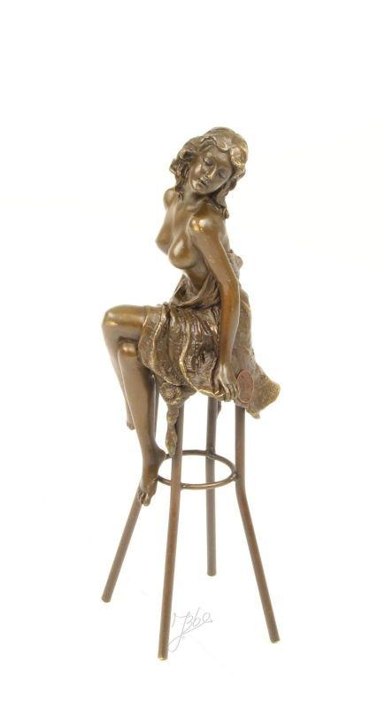 9973239-ds Bronze Skulptur Halbnackte Frau auf Barhocker 8x25x10cm
