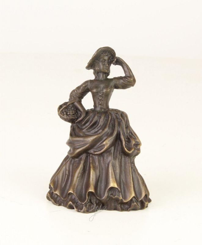99937635 Bronze figürliche Glocke Dame Lady mit Korb 5x7x9cm
