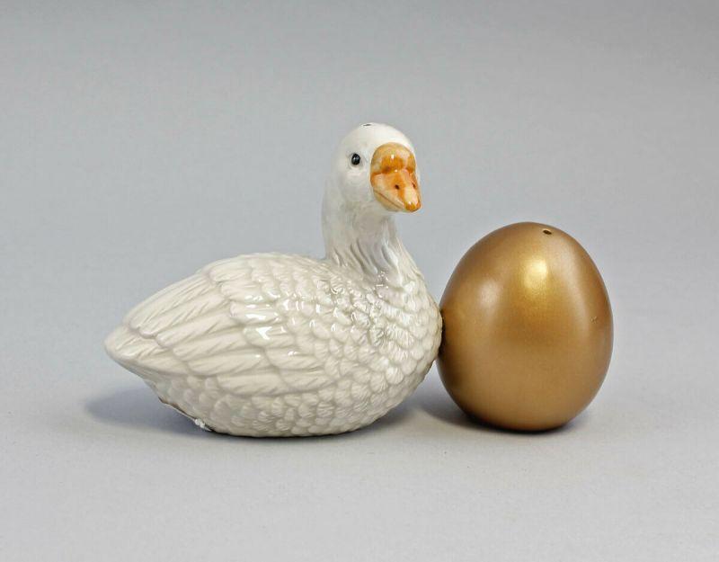 9976085  Streuer Paar Gans mit Goldenem Ei Keramik H9cm