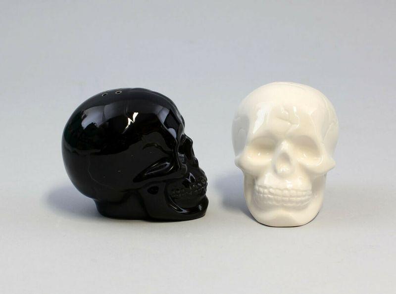 9976018 Paar Salz- u. Pfeffer Streuer Totenkopf schwarz weiß Keramik H8cm