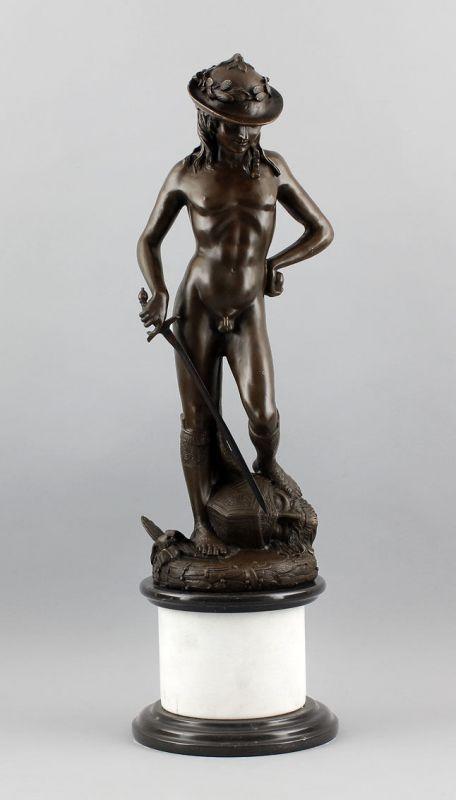 9937479 Bronze-David nach Donatello weiße Steinsäule runder Sockel
