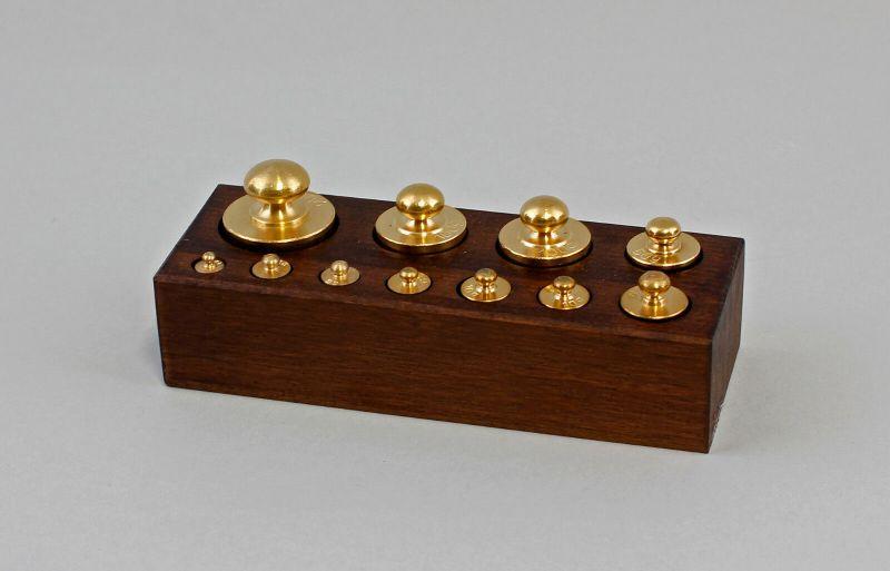 9977435 Messing Gewicht Gewichtssatz im Holzkasten Antikstil 1-200g
