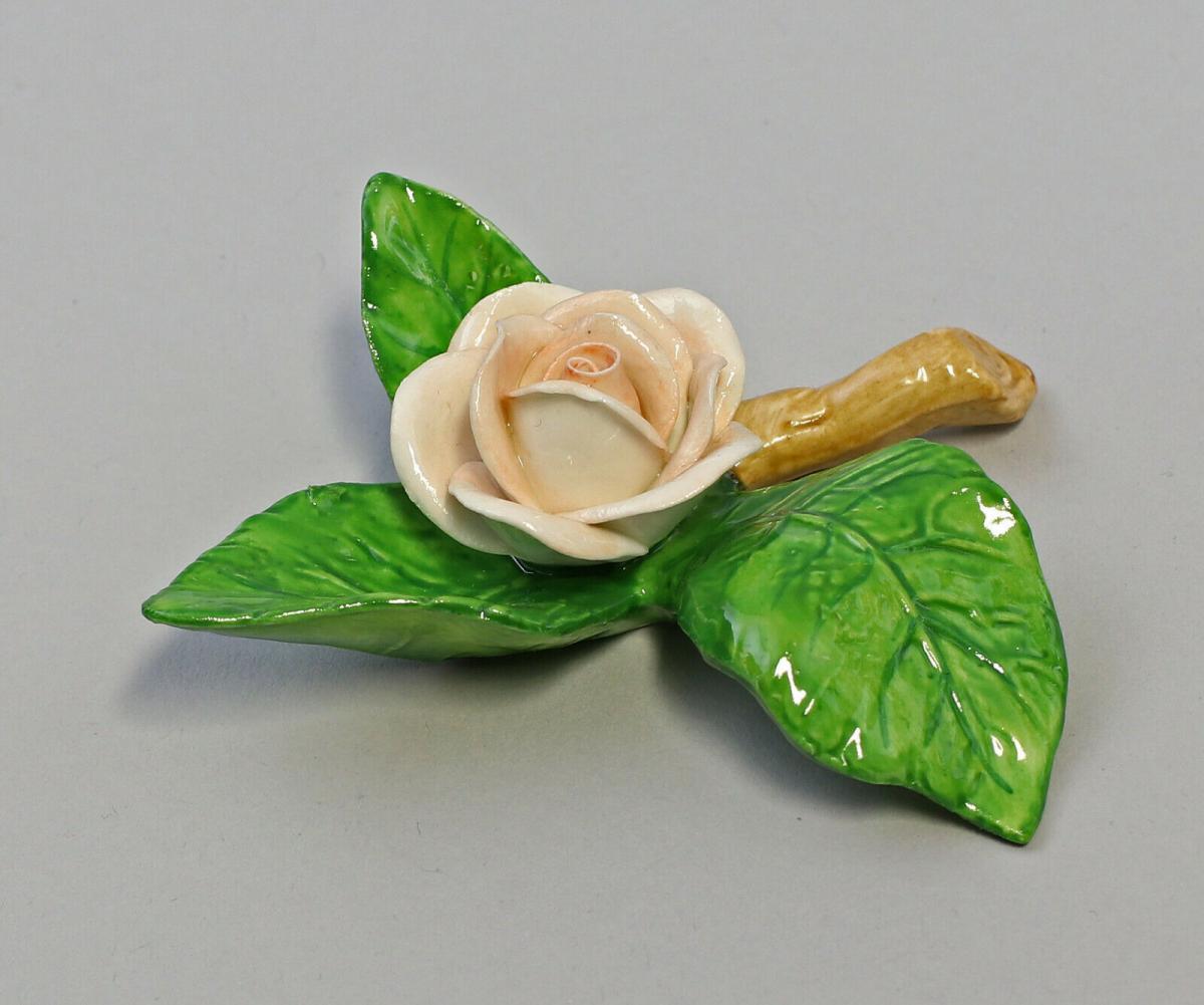 9959629 Porzellan Figur Tischblume Rose Zweig hellpfirsich Ens 8x8x2,5cm