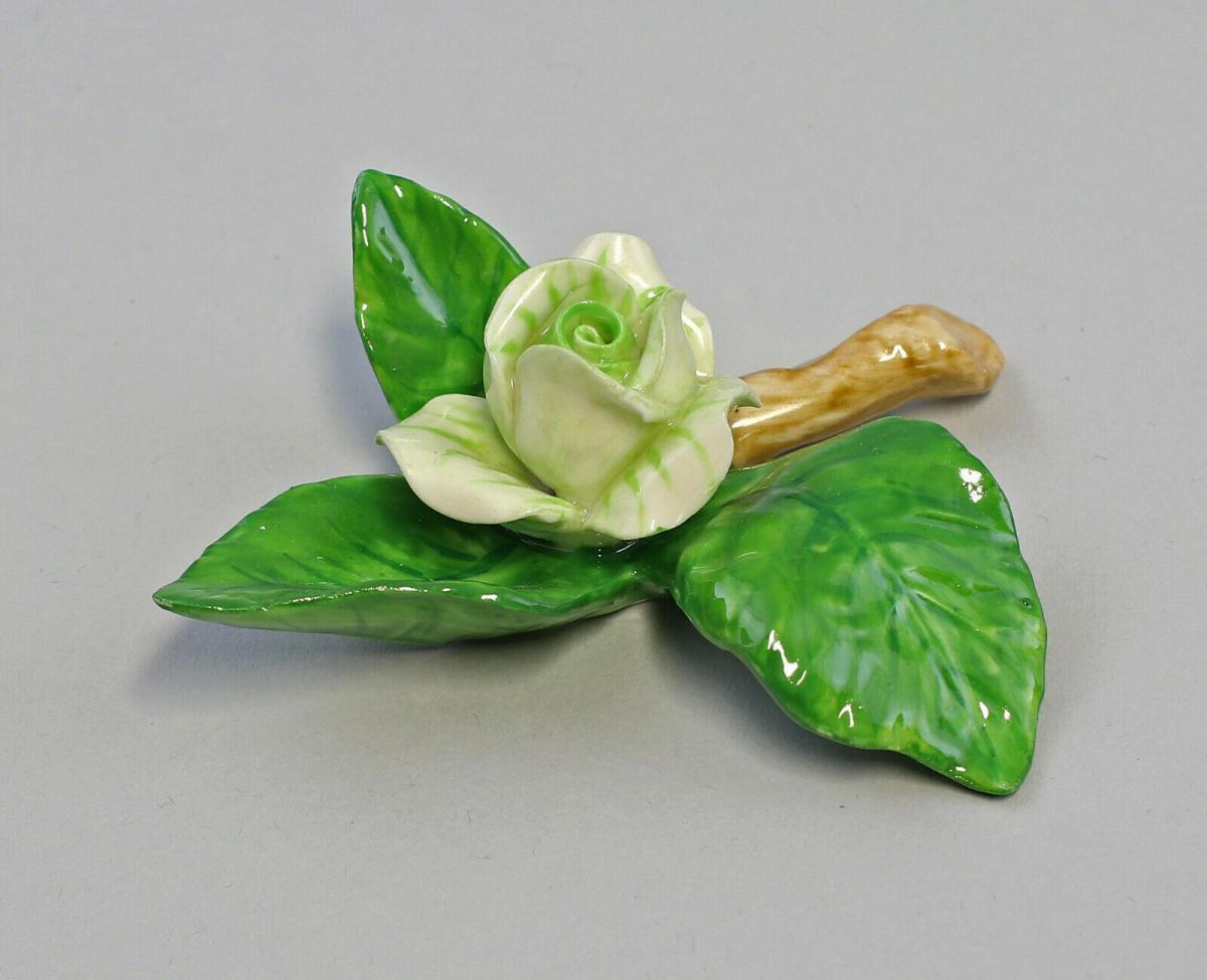 9959627 Porzellan Figur Tischblume Rose Zweig hellgrün Ens 8x8x2,5cm