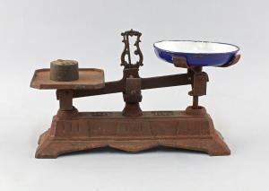 8480009 Kleine Küchenwaage bis 1 kg um 1900 Eisen mit emaillierter Schale