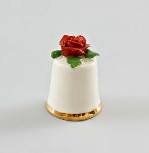 9997873 Porzellan Fingerhut weiß Rose rot-grün Ens/E.Bohne H3,3cm