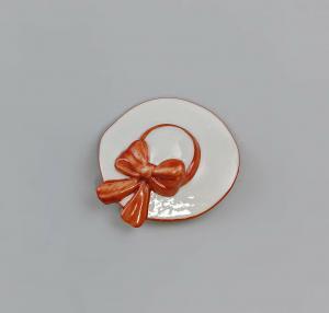 Porzellan Brosche Dame Hut weiß Schleife rot Kämmer D4cm 9944319