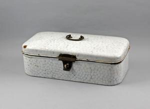 99880049 Emaille-Brotdose um 1900 weiß emailliert blaues Netzmuster