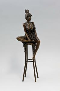 9973200ds Bronze Dame auf Barhocker mit Hochsteckfrisur Halbakt H29cm