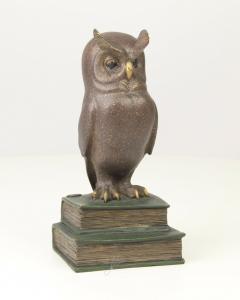 9973295-dss Bronze Skulptur Eule Bücherstapel Eule der Weisheit farbig 11x10x13c