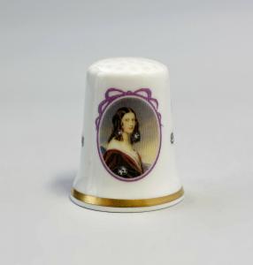 9988251 Kämmer Porzellan Fingerhut Portrait Friederike Gumppenberg 2,4x3cm