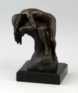 9937045-dss Bronze Skulptur Akt Frau schlafend auf Steinsockel sign.Milo H18cm
