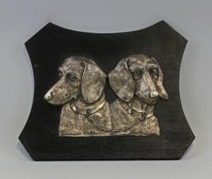 99838051 silberfarben Reliefplatte Jagdhunde auf Holzplatte alt