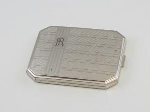 8430037 Versilbertes Zigaretten-Etui guillochiert