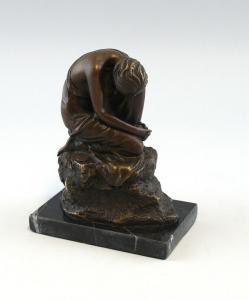 9937119 Bronze Skulptur Figur halbnackte Schönheit sitzend sign.Milo 16x13cm