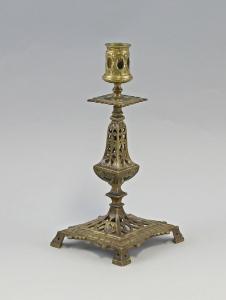 8533003 Antiker Messing Leuchter auf ornamentalem Sockel