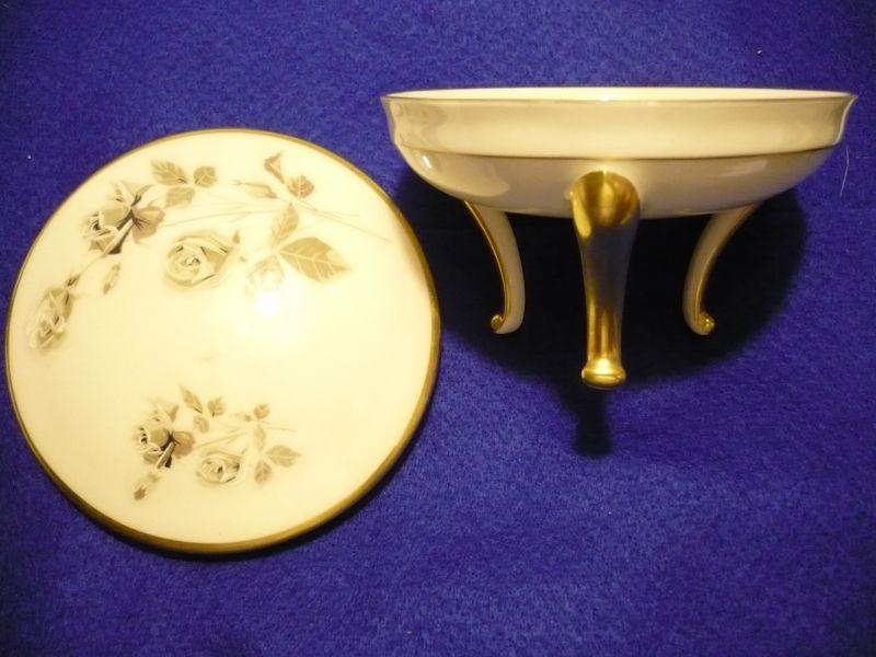 Alte Porcellan-Zierdose auf 3 Beinenmit Goldverzierung und floralem Dekor  (228)
