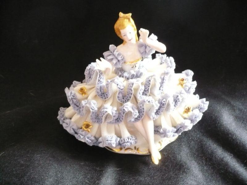 Porzellanfigur Dresdener Art - Dame mit blauem Spitzenkleid besetzt mit vergoldeten Blüten  (369)