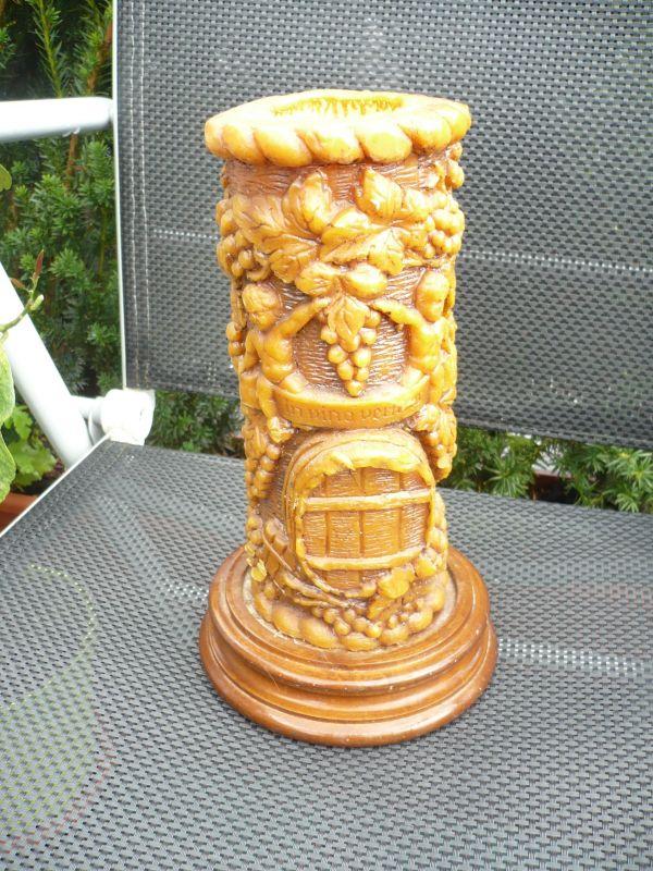 Große Kerze auf Holzsockel mit Weinmotiv (469)