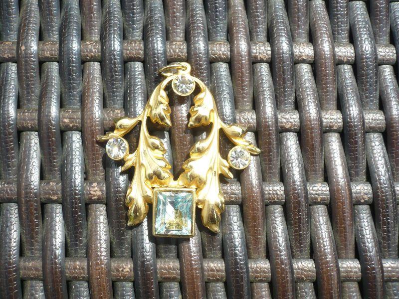 Kettenanhänger vergoldet mit 3 Zirkonen und einem hellblauem Stein (499)