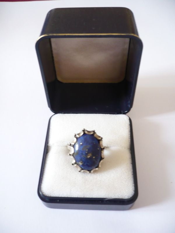 Ring mit großem Lapislazuli (552)