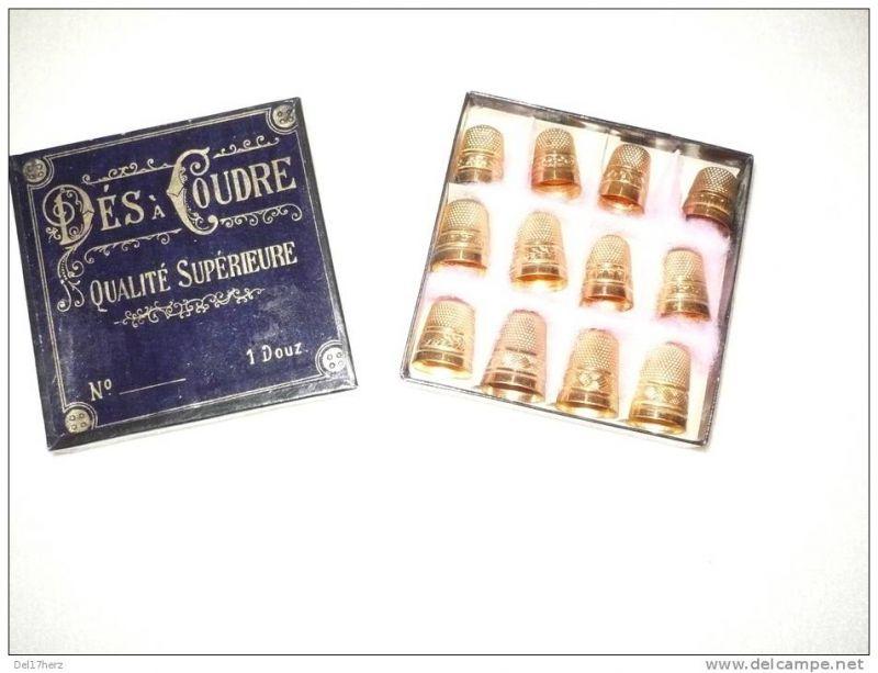 Dés à coudre - Qualité Supérieure - 1 Douz - 12 Messing-Fingerhüte mit farbigen Steinen in org. Verpackung ca. 1920