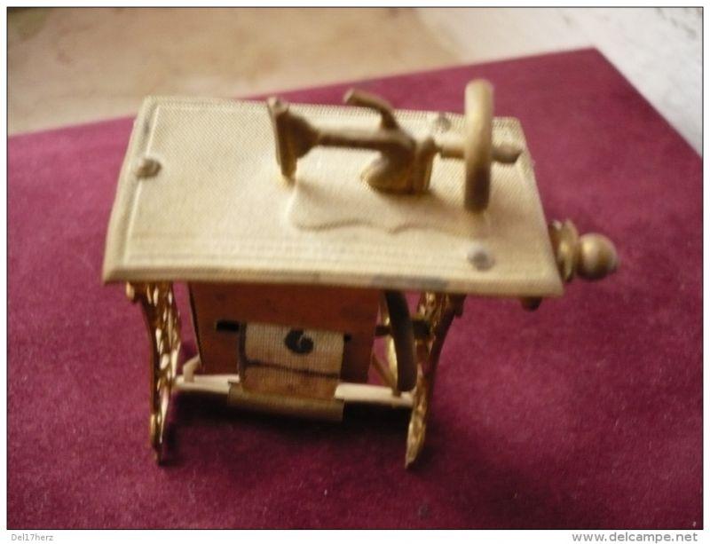 Nähmaschinen-Miniatur mit Stoff-Massband - sehr alt  1
