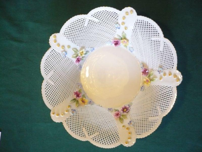 Porzellan - feiner Flechtkorb mit aufgesetzten Blüten (574)