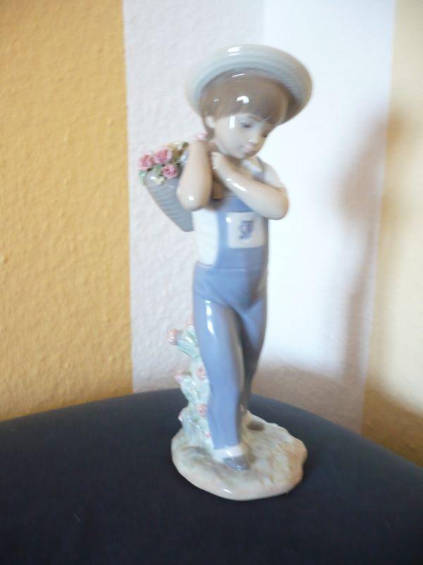 Porzellan-Figur - Junge mit Rosenkorb (579)