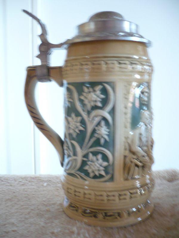 Reliefierter Bierkrug mit Zinndeckel (588)