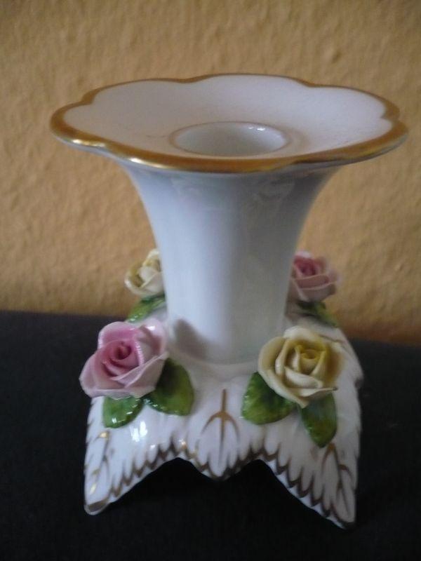 Porzellan Kerzenständer mit aufgesetzten Blüten und Goldverzierung (593)