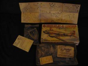 Flugzeug-Bausatz in org. Karton DOUGLAS AC-47 GUNSHIP (600)