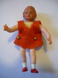 Puppenstuben Biege-Puppe - in rotem Kleid (629)