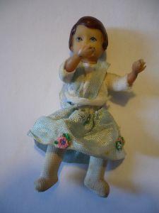 Puppenstuben Biege-Puppe - in blauem Träger-Kleid (630)