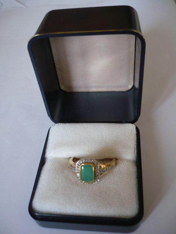 Vergoldeter Silberring mit grünem Smaragd und weissen Saphiren (655)